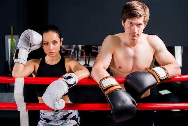 Boxers posant à la gym