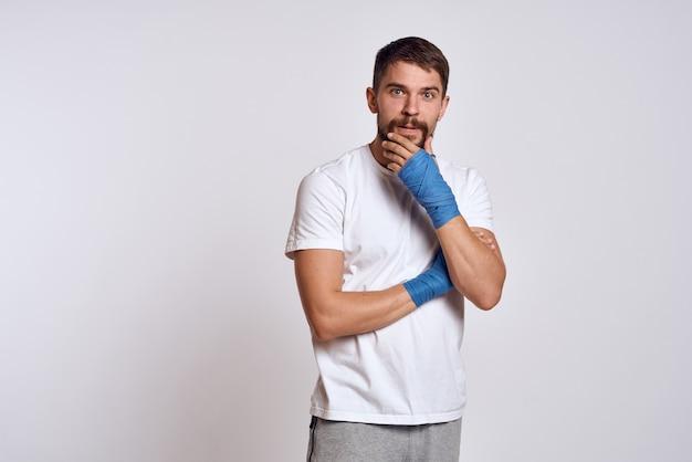 Boxeur athlète masculin s'entraîne