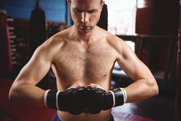 Boxeur effectuant une position de boxe