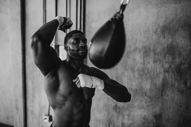 Boxeur masculin musclé au gymnase