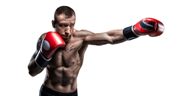 Boxeur professionnel en gants rouges exerce des coups de poing sur fond blanc. concept de boxe. technique mixte