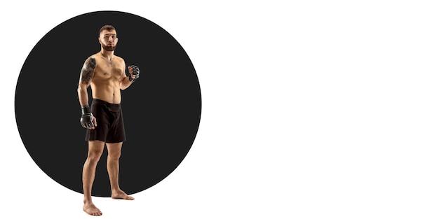 Boxeur professionnel pratiquant. entraînement sportif sur fond blanc, flyer pour votre annonce. concept de compétition, sport, mode de vie sain, action, mouvement et mouvement. conception géométrique.