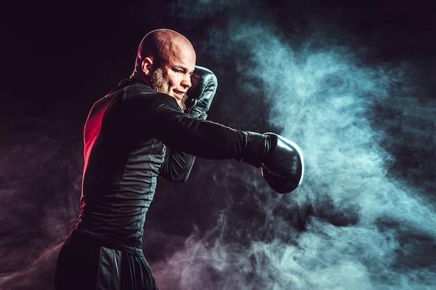 Boxeur sportif se battre avec de la fumée