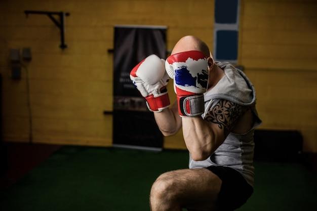 Boxeur thaïlandais pratiquant la boxe