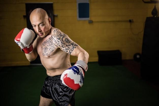 Boxeurs thaïlandais pratiquant la boxe