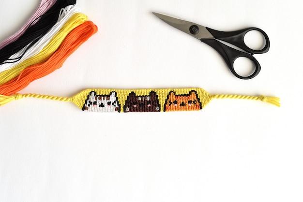 Bracelet d'amitié tissé diy avec motif chats