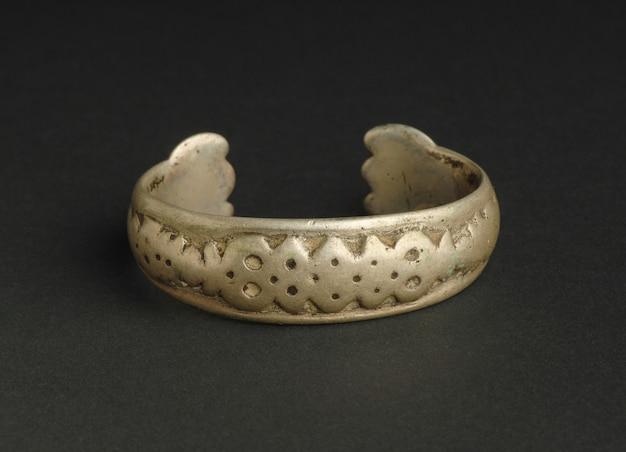 Bracelet antique antique sur fond noir. bijoux vintage d'asie centrale