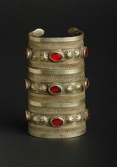 Bracelet antique antique avec des pierres sur fond noir. bijoux vintage d'asie centrale