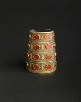Bracelet Antique Antique Avec Des Pierres Sur Fond Noir. Bijoux Vintage D'asie Centrale Photo Premium