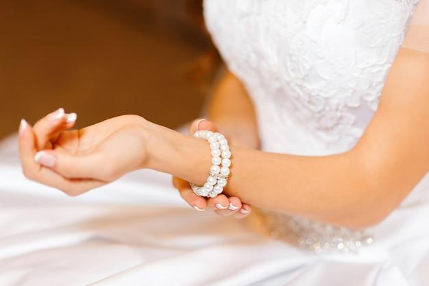 Bracelet bijoutier sur la main de la mariée