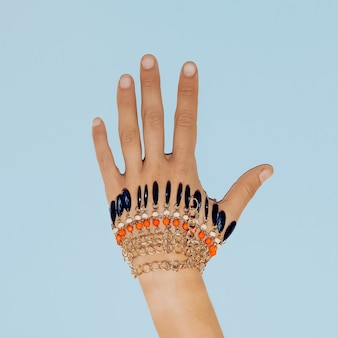 Bracelet sur le bras. accessoire de mode. style minimaliste.