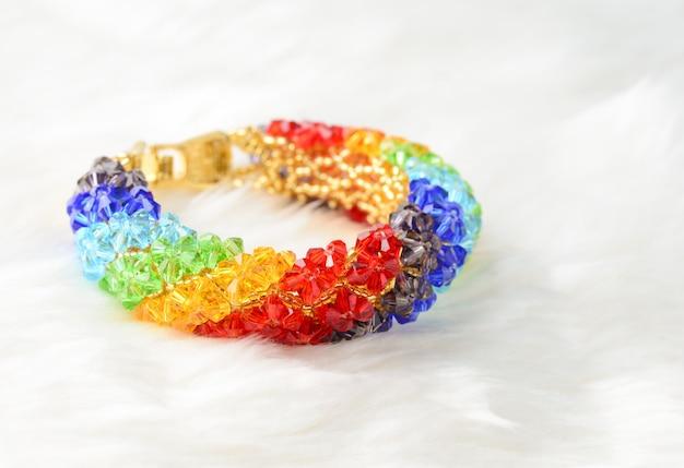 Bracelet avec cristal sur blanc