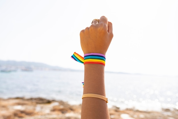 Bracelet drapeau lgtb sur la plage