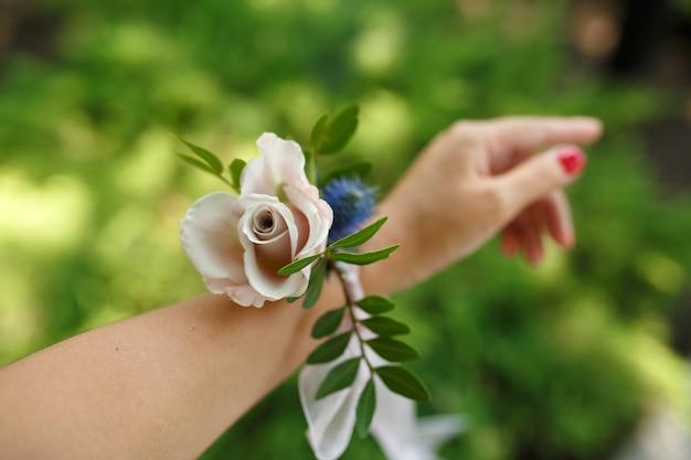 Bracelet femme pour demoiselle d'honneur en rose fraîche