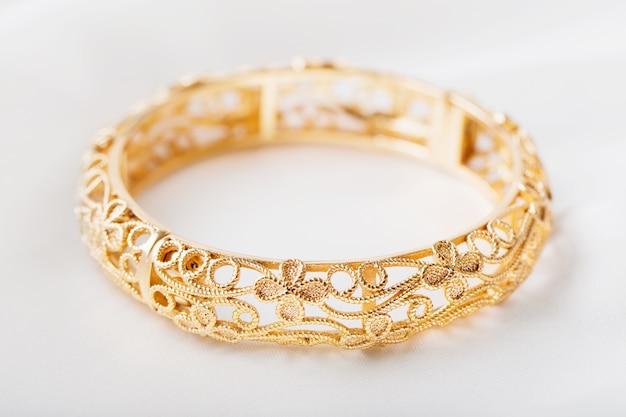 Bracelet en or sur tissu blanc