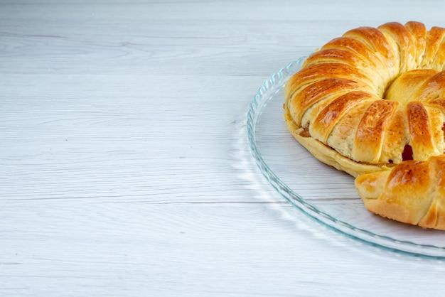 Bracelet de pâtisserie délicieux cuit formé à l'intérieur de la plaque de verre sur blanc