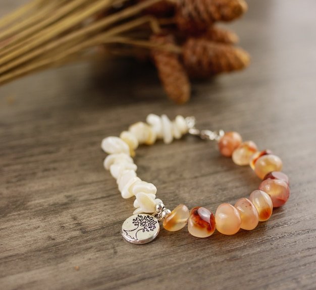 Bracelet perlé sur fond en bois