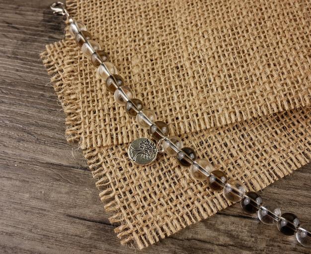 Bracelet perlé sur la vue de dessus de fond en bois