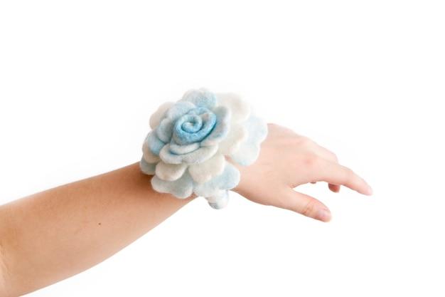 Bracelet sur sa main en laine à la main