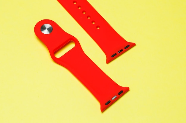 Bracelet en silicone pour montre intelligente couleur rouge sur fond jaune