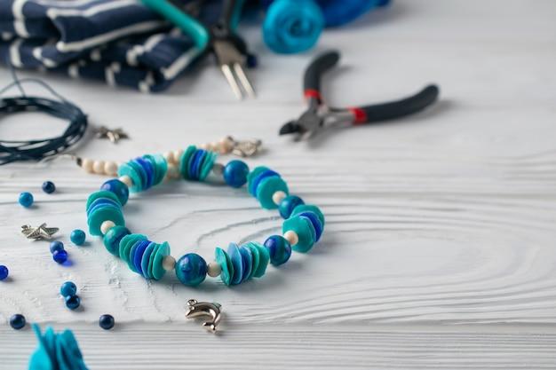 Bracelet turquoise fait à la main, composition avec pinces, perles et outils