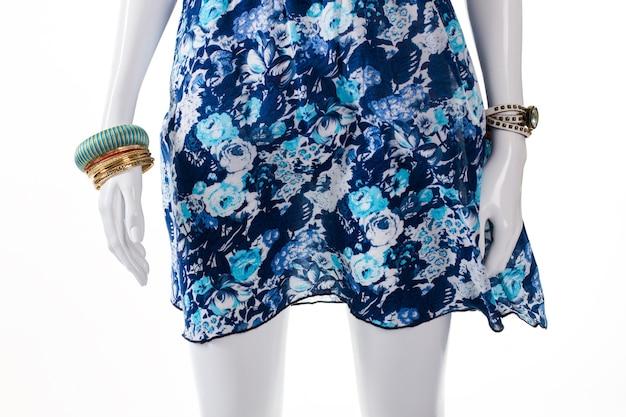 Bracelet turquoise sur main de mannequin. mannequin femme avec accessoires colorés. montre classique et robe bleue. accessoires de poignet pour femme en stock.