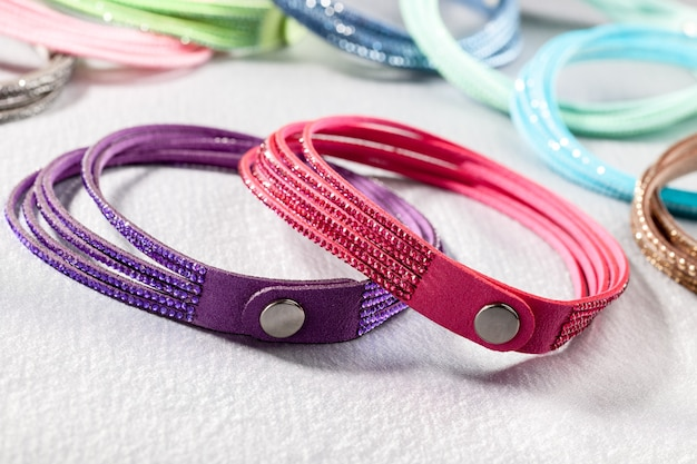 Bracelets colorés pour femmes sur le tissu de soie