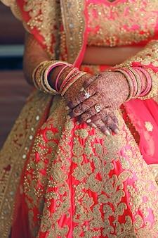 Bracelets dans la main de mariée