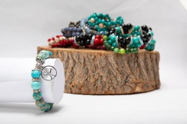 Bracelets avec ornements métalliques et pierres.