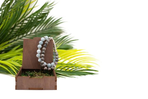 Bracelets avec pierres semi-précieuses sur fond blanc