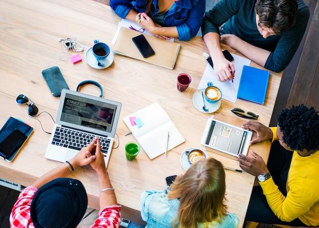 Brainstorming connection collègues concept d'équipe