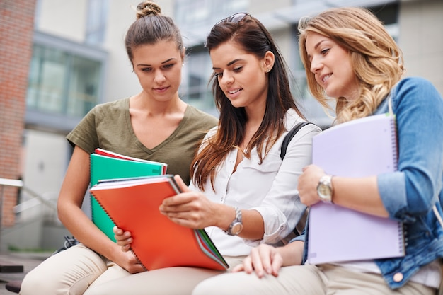 Brainstorming dans la cour de l'université