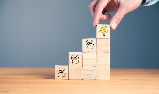 Brainstorming, idée créative ou concept d'idée innovante.