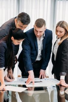 Brainstorming lors d'une réunion d'affaires. personnes en costume dans un espace de travail de bureau