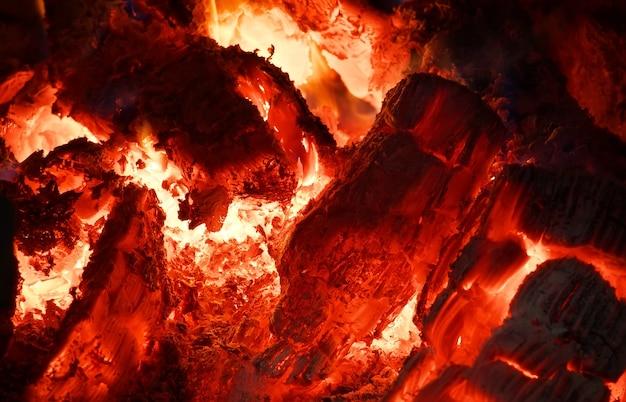 Braise au four. des charbons ardents