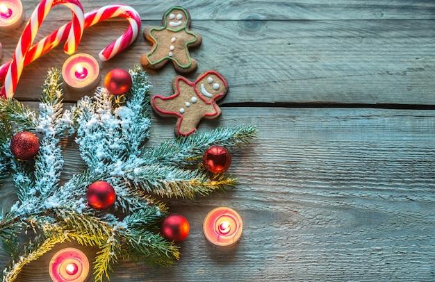 Branche d'arbre de noël décorée avec des biscuits et des bonbons