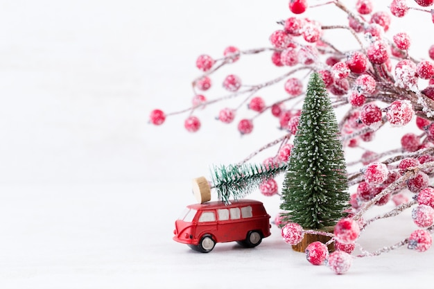 Branche d'arbre de noël sur fond de lumières bokeh doré scintillant. concept de nouvel an. copiez l'espace.