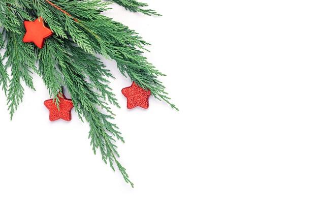 Branche d'arbre de noël et ornement étoile rouge, mise à plat, vue de dessus