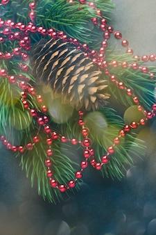 Branche d'un arbre de noël et d'une pomme de pin avec des décorations