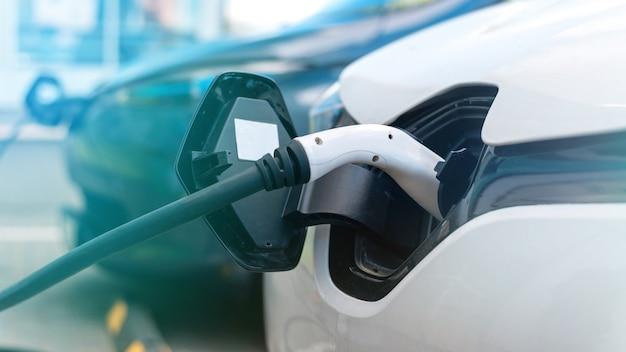 Branché des chargeurs dans deux voitures électriques à la station de charge