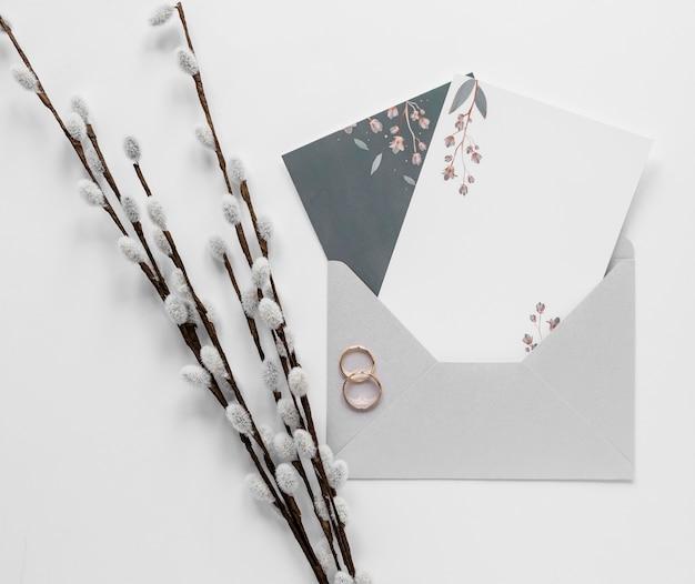 Branche de coton à côté de l'invitation de mariage