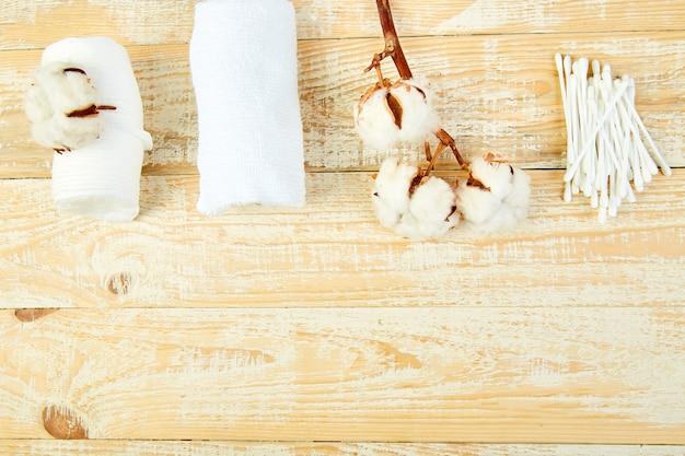 Branche de cotonnier, baguettes à oreilles, tampons de coton