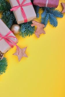 Branche d'épinette, cônes et décoration de jouets vintage à noël ou au nouvel an sur fond jaune.