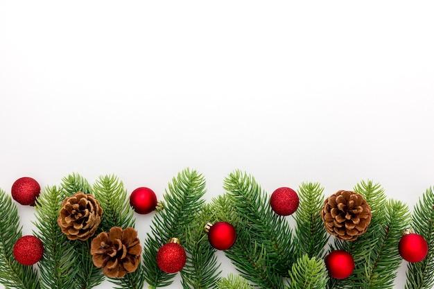 Branche d'épinette, cônes et décoration de jouets vintage à noël ou nouvel an isolé