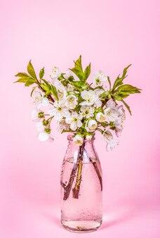 Branche de fleur de cerisier sur fond rose