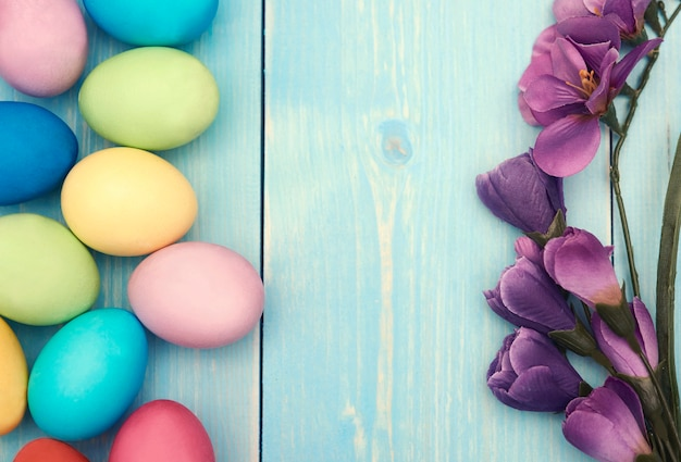 Branche de fleur lilas et oeufs de pâques colorés