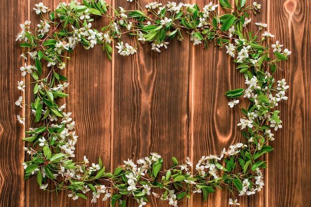 Branche de fleurs de pommier sur fond de planches