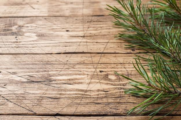 Branche de pin épicéa sur table en bois.