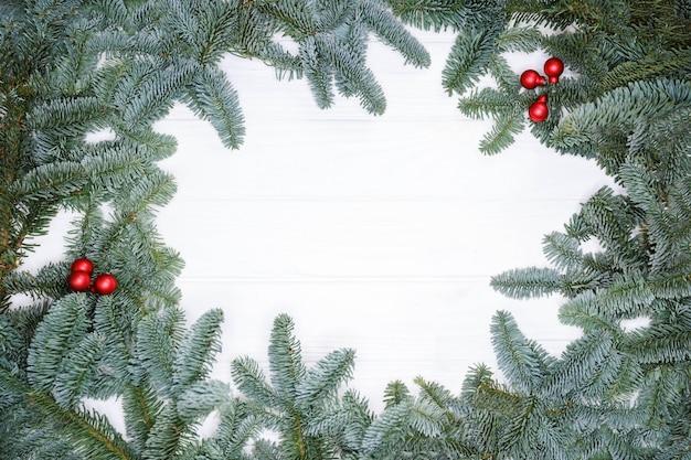 Branche de pin sur le modèle d'affiche de carte de voeux de fond blanc