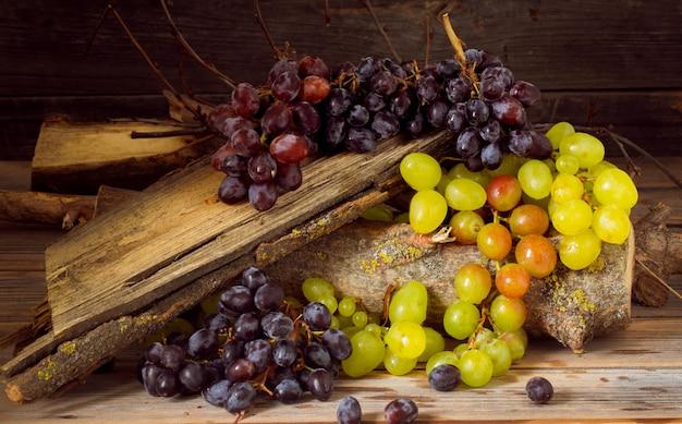 Une branche de raisin sur fond de bois, de délicieux fruits